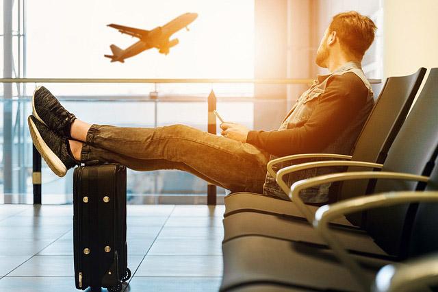 搭乗口で飛行機を待つ男性