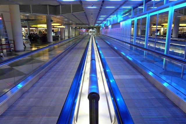 空港の出発ロビーの通路