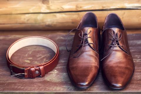 茶色いベルトと革靴