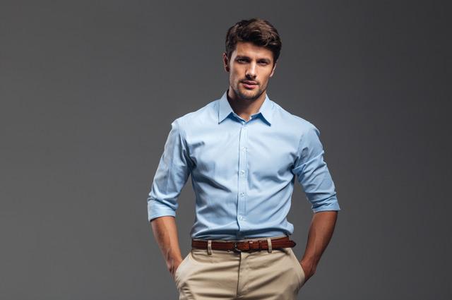 青いシャツの男性