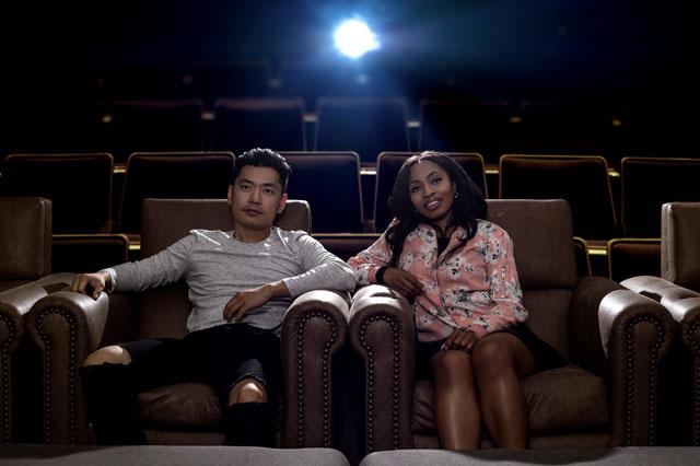 プレミアムシートで映画を観るカップル