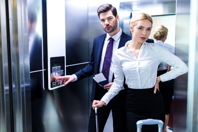 エレベーターに乗るカップル