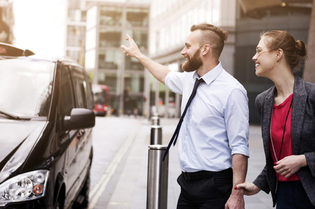 タクシーを呼び止める男性