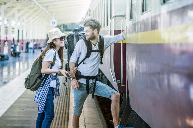 電車に乗り込むカップル