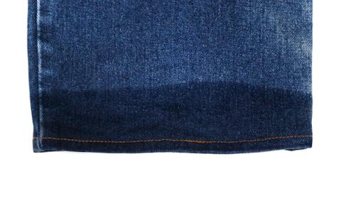 水に濡らしたジーンズの裾