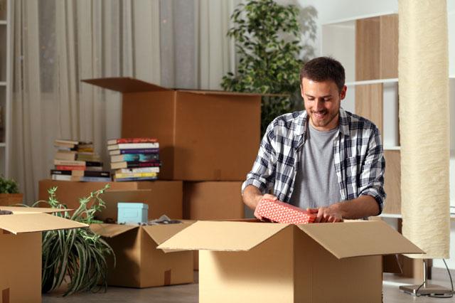 引っ越しの荷物を整理する男性