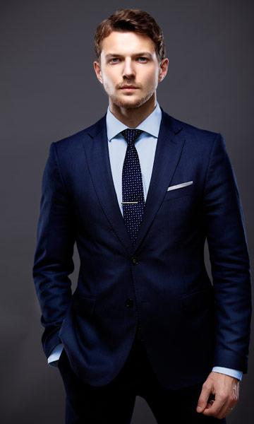 ネイビーのスーツを着た男性の全身