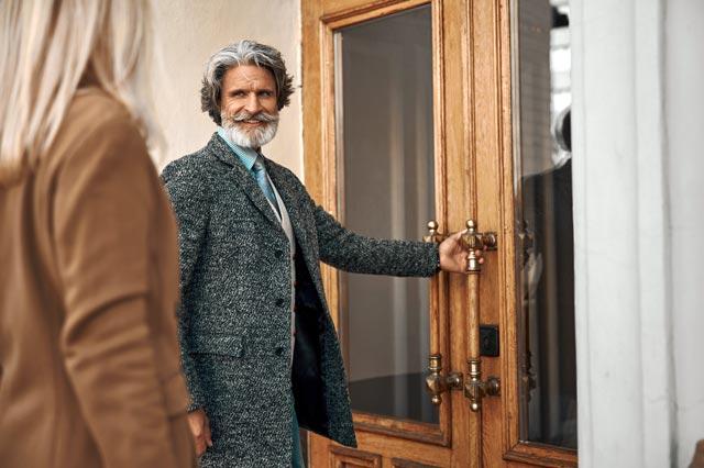 ドアを開ける紳士