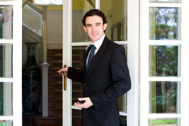 ドアを開ける男性