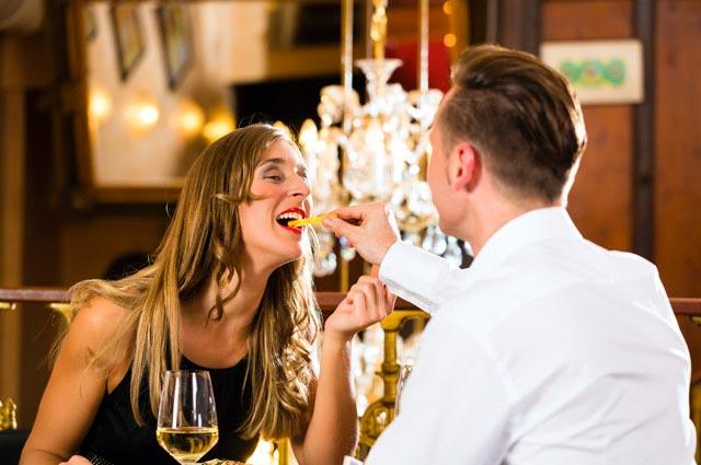 レストランで食べさせ合うカップル