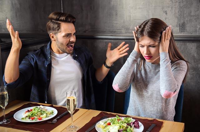レストランで喧嘩をするカップル