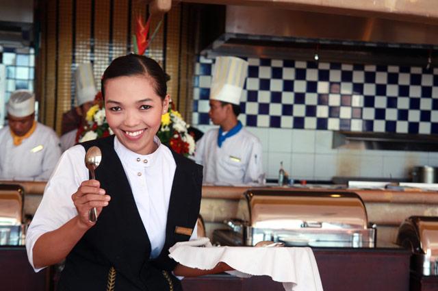 スプーンを持ったレストランの店員