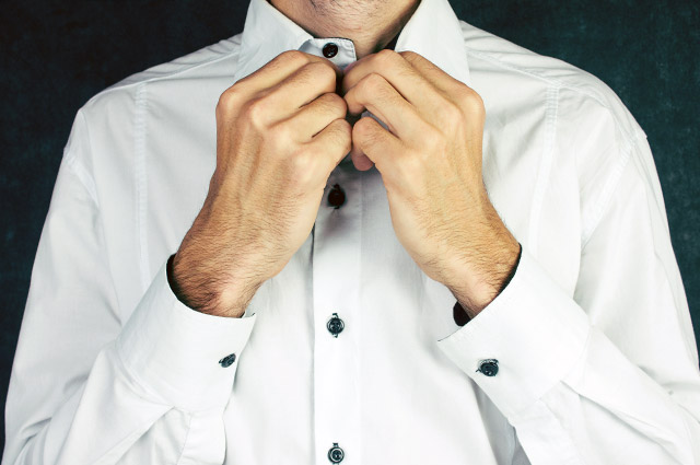 ボタンが黒いシャツ