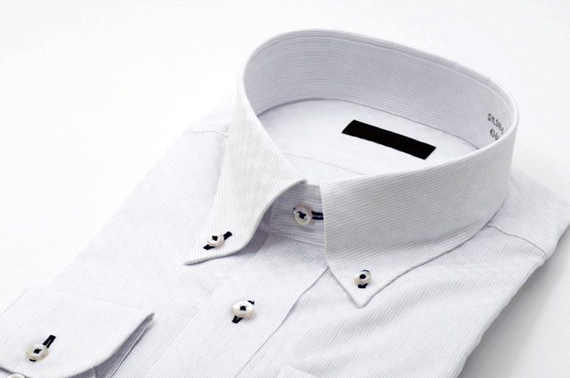 ボタンホールが黒いシャツ