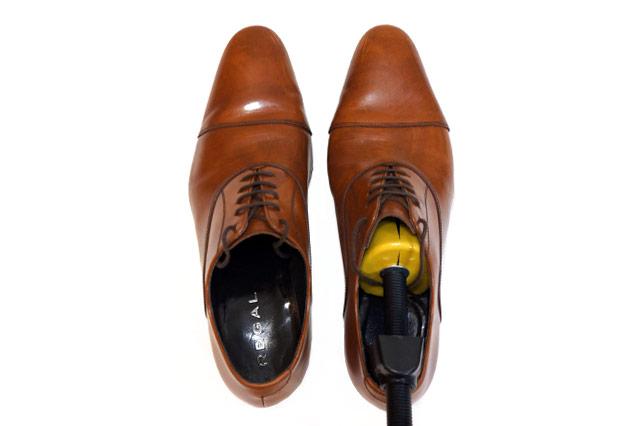 リーガルの革靴にシューズストレッチャーをセット