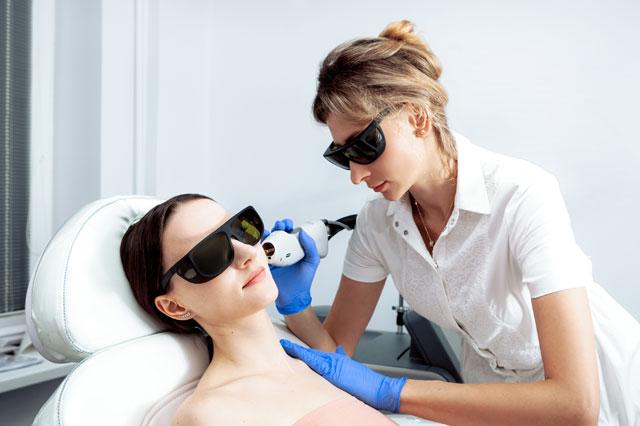 シミ取りレーザー治療を受ける女性