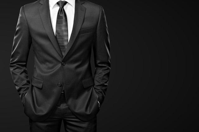 二つボタンのスーツを着た男性