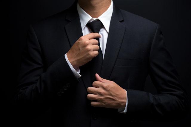 黒いネクタイをした男性