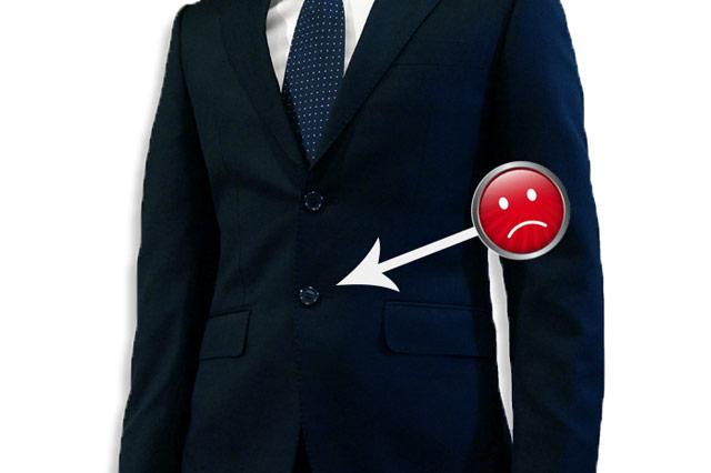 下のボタンを留めたスーツ