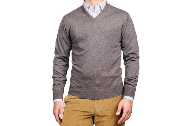 セーターの下にシャツを着た男性