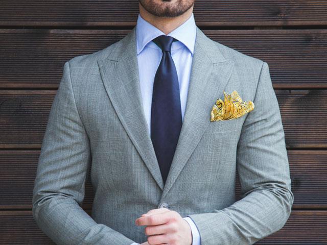 ディンプルの入ったネクタイをつけた男性