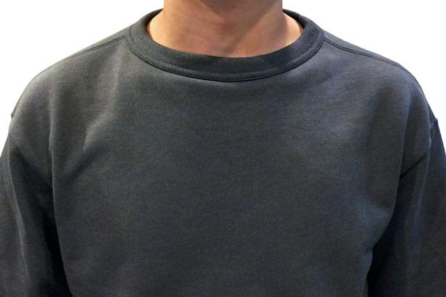 ワイドフィットスウェットシャツの首まわり