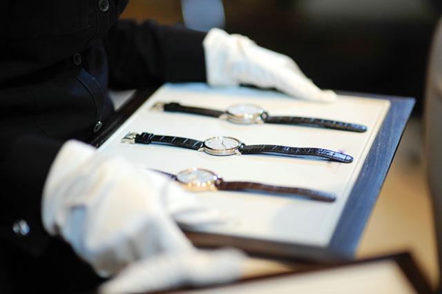 トレーに並べられた時計