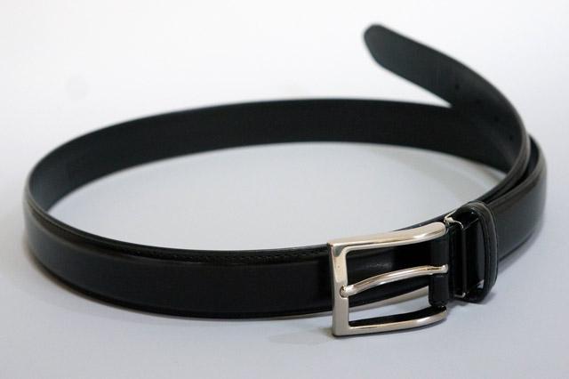 黒い革のベルト