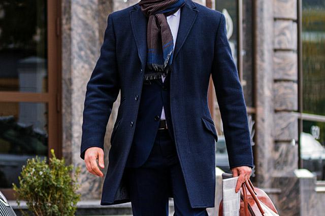 チェスターコートを着た男性