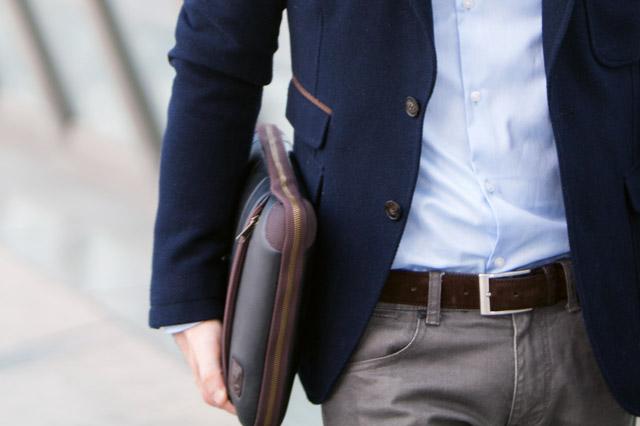 クラッチバッグを持つ男性