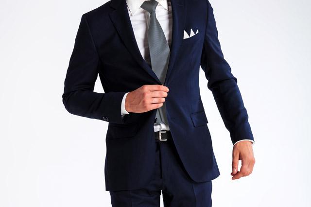 結婚式用のネイビースーツ