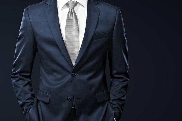 シルバーのネクタイとネイビースーツ
