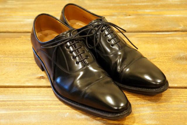 ストレートチップの黒い革靴