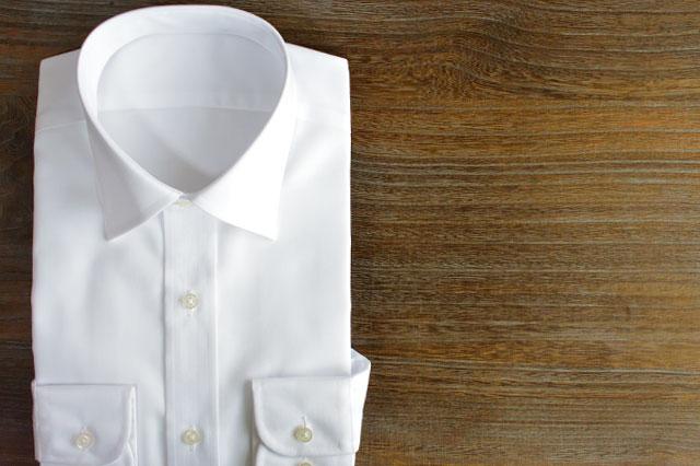 レギュラーカラーの白シャツ