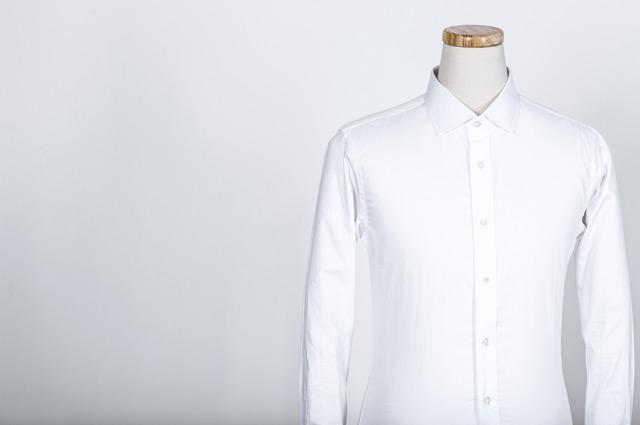 フォーマルな白シャツ