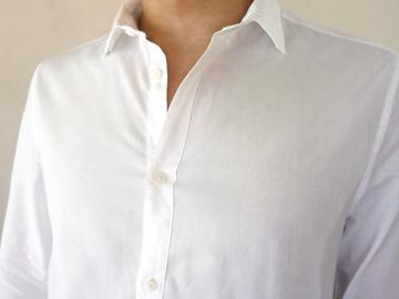 白シャツの襟