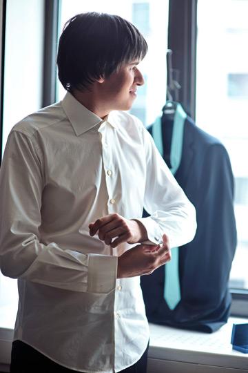 ドレスシャツを着る男性