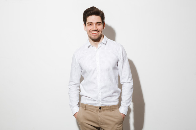 カジュアルな白いシャツを着た男性